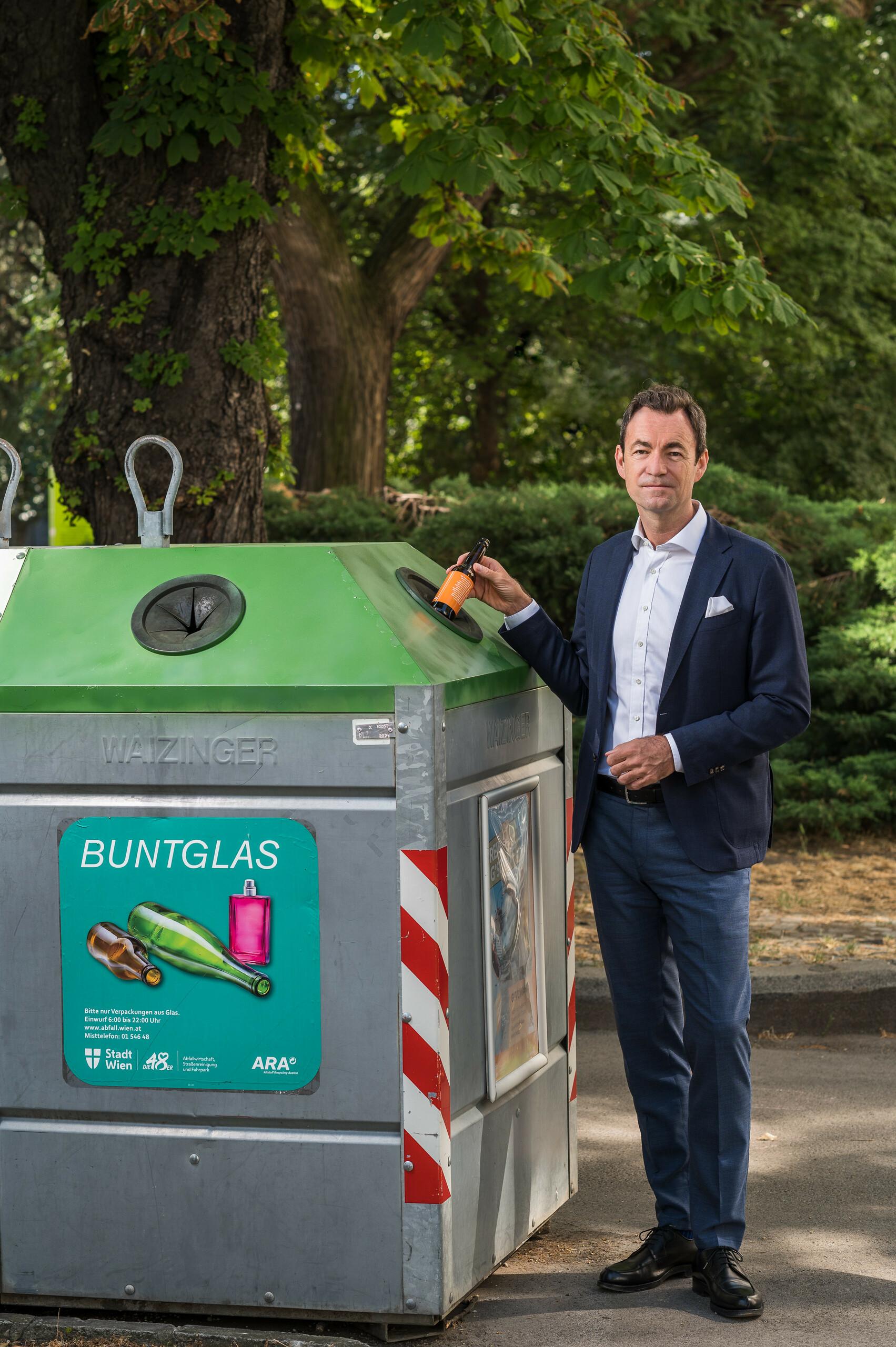 "Geschäftsführer Dr. Harald Hauke ""Buntglas zu Buntglas"" Hochformat"