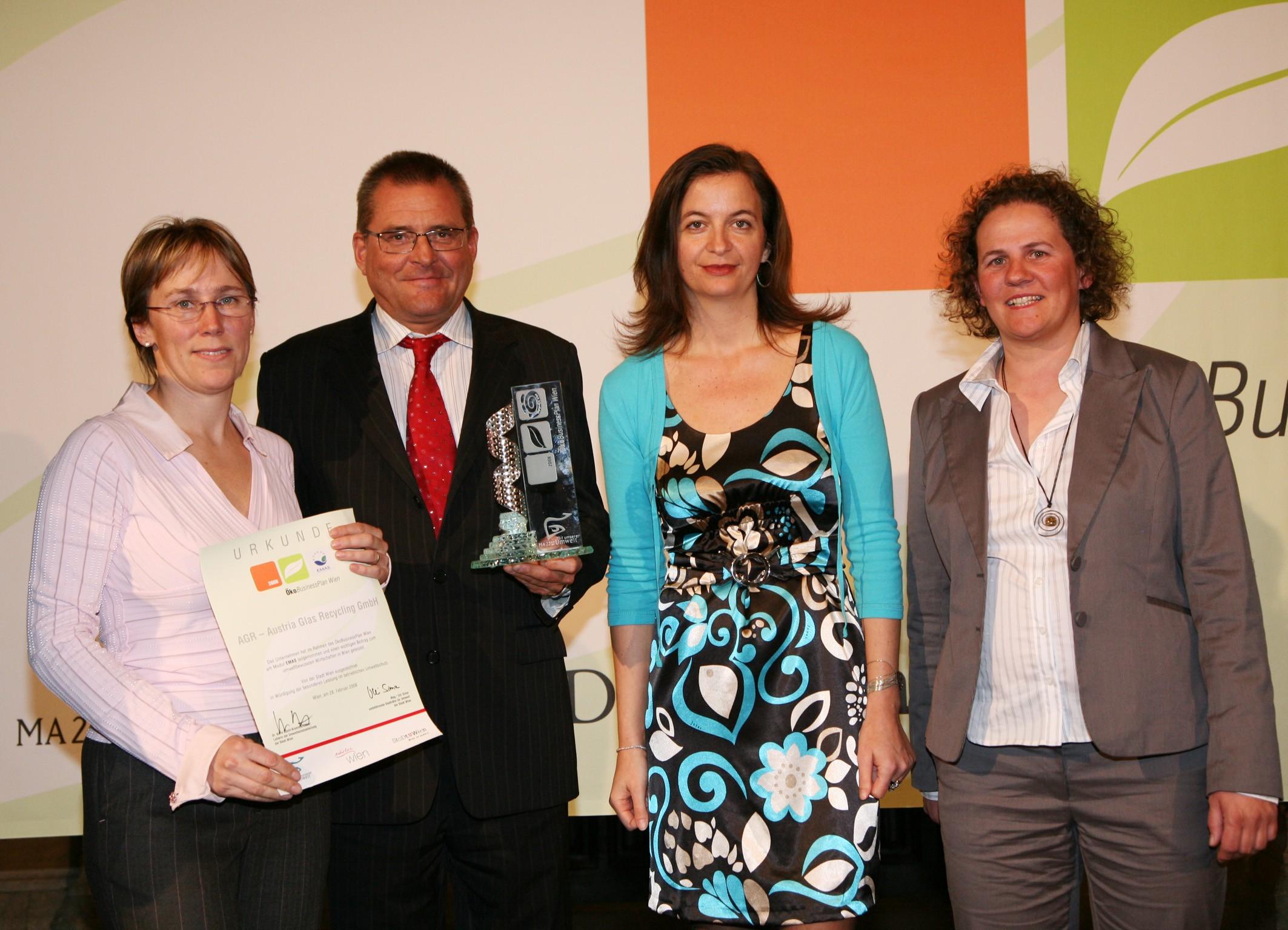 ÖGUT-Umweltpreis 2005 für Austria Glas Recycling, (v.l.n.r.: BM Pröll, Monika Piber-Maslo, Dr. Gerald Hirss-Werdisheim, Dr. Herbert Greisberger)