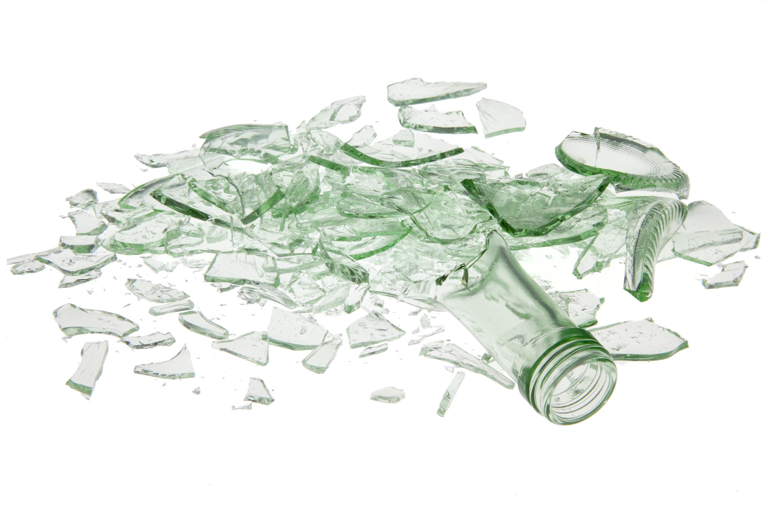 eine hellgrüne zerbrochene Flasche