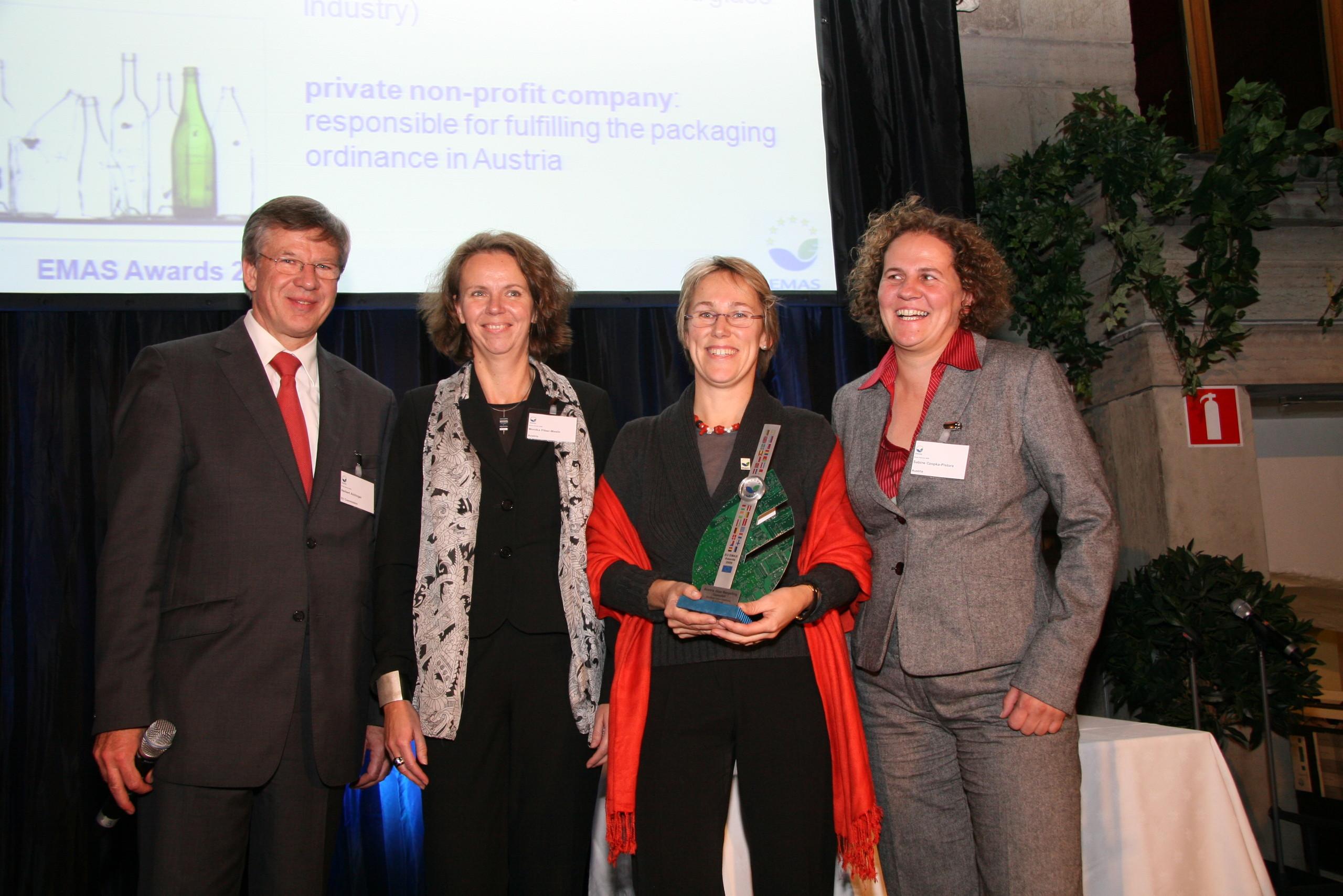 ÖkoBusiness-Auszeichnung 2008 für Austria Glas Recycling, (v.l.n.r. DI Ursula Gangel, Dr. Gerald Hirss-Werdisheim, Umweltstadträtin von Wien Mag. Ulli Sima, Sabine Czopka-Pistora; Foto: ÖkoBusinessPlan Wien)