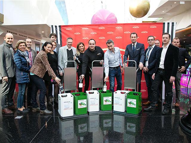 Menschen in Shoppingcenter bei Vorstellung neuer Glassammelsysteme für Shops