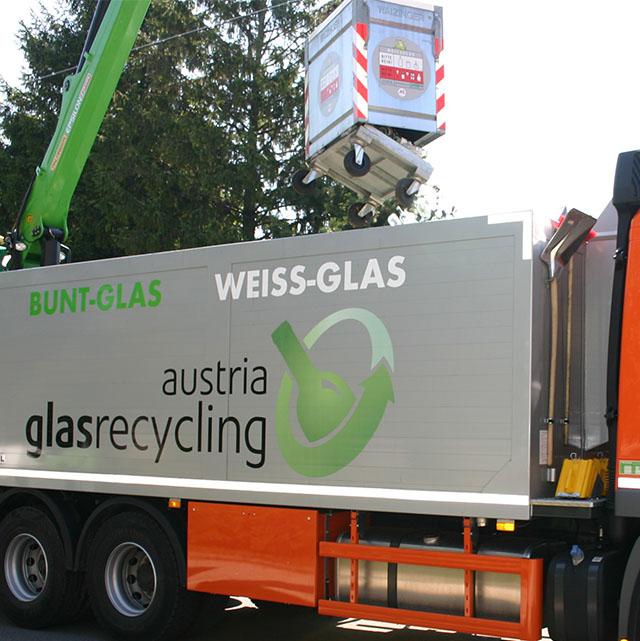 Ein Weißglasbehälter wird auf Sammel-LKW entleert.