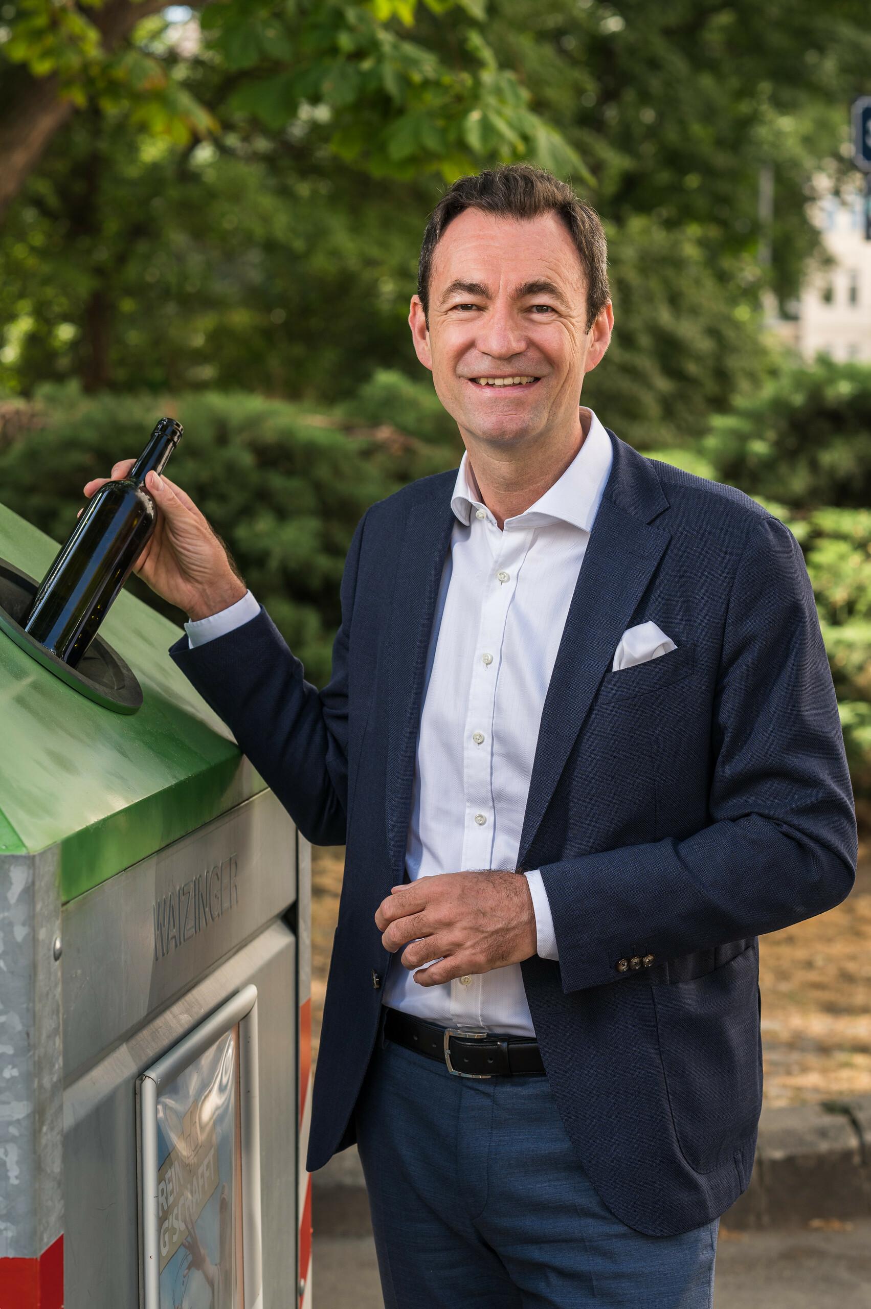 "Geschäftsführer Dr. Harald Hauke ""Recycling ist Klimaschutz"" Hochformat"