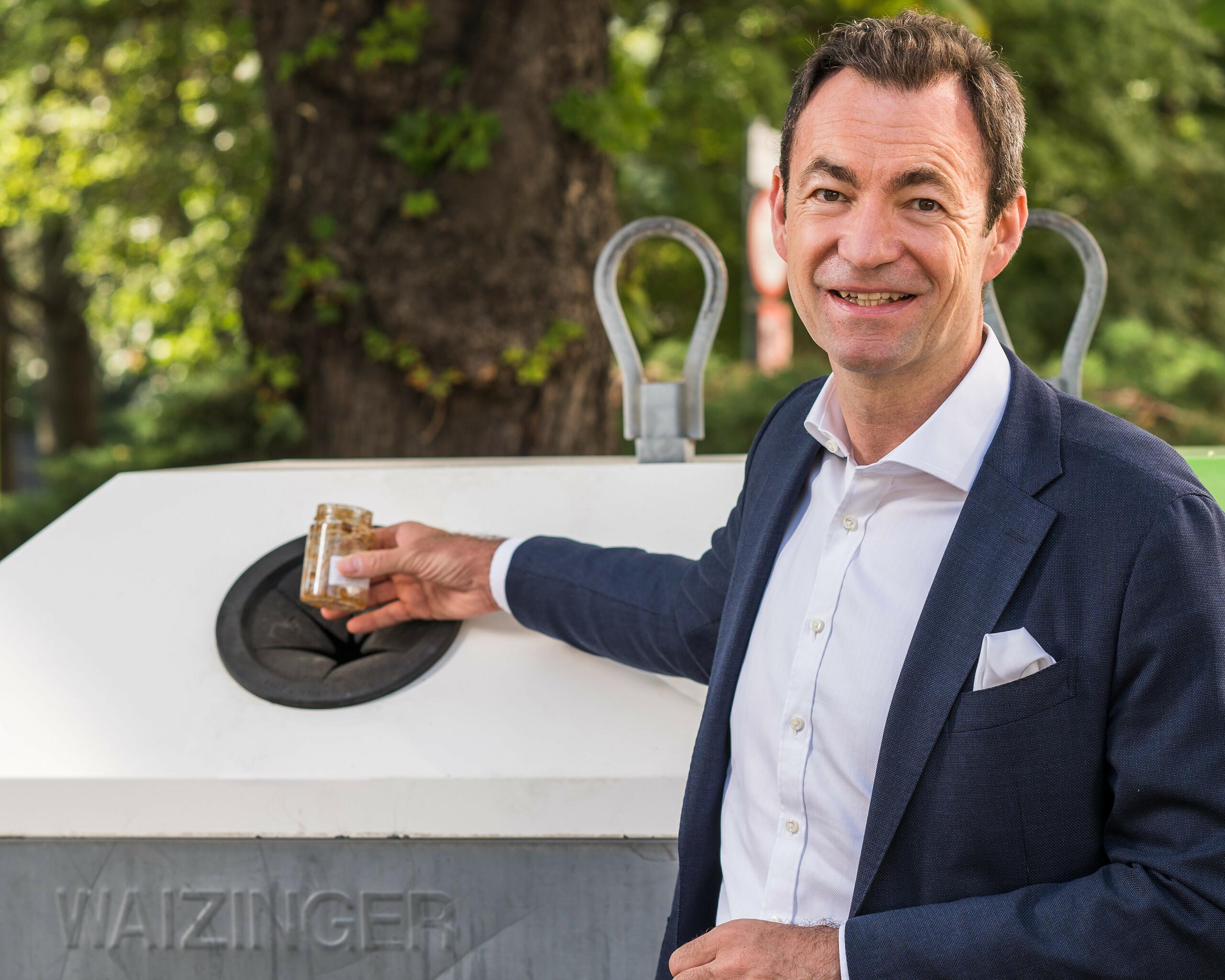 """Geschäftsführer Dr. Harald Hauke """"Marmeladenglas bitte zu Weißglas"""" Querformat"""