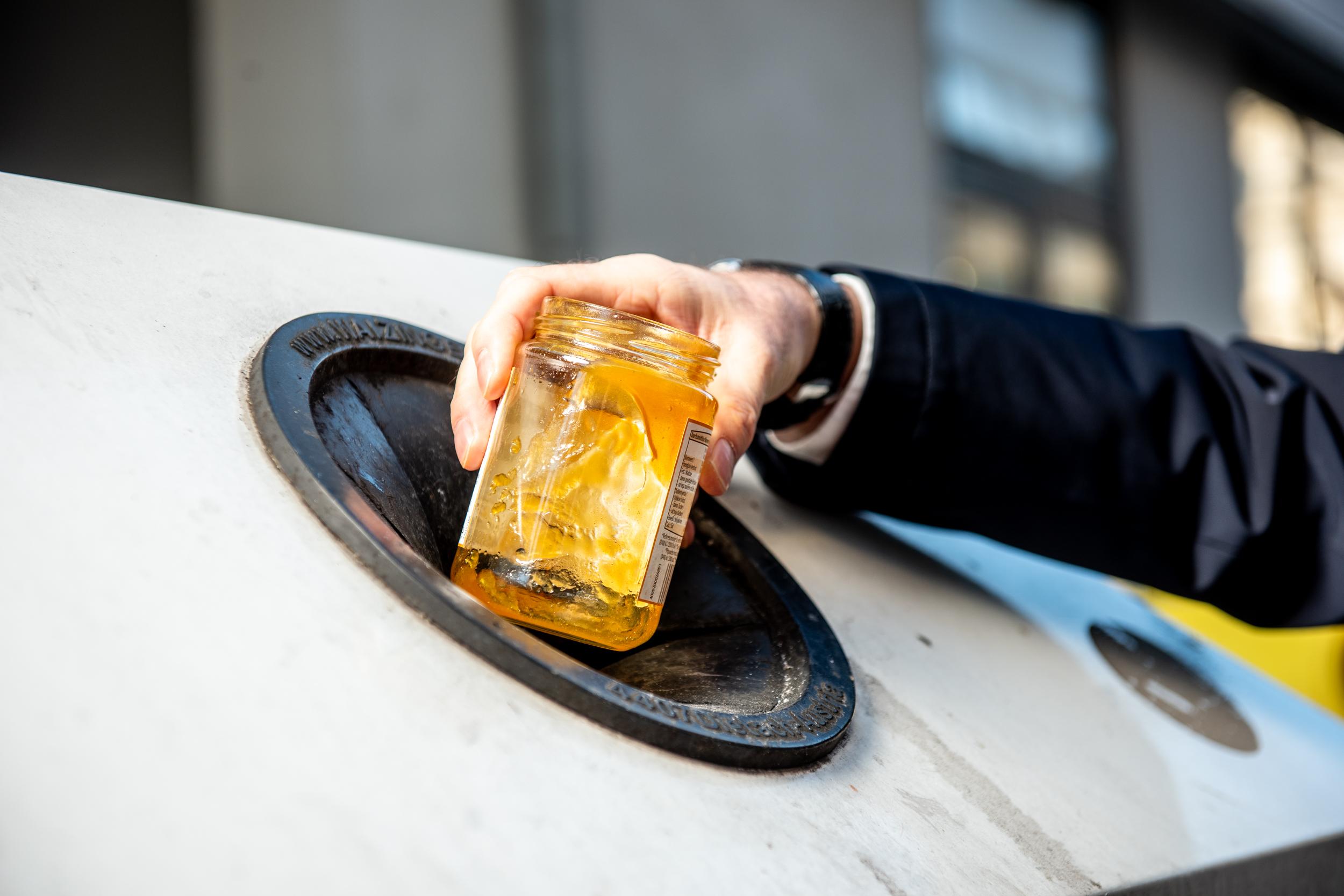 Marmeladeglas bitte zur Altglassammlung