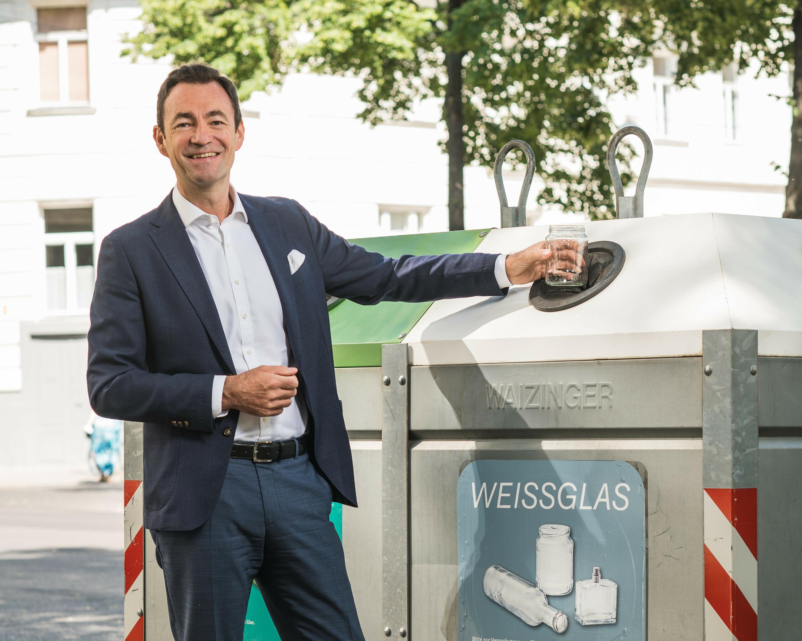"""Geschäftsführer Dr. Harald Hauke """"farblose Lebensmittelgläser bitte zum Weißglas"""" Querformat"""