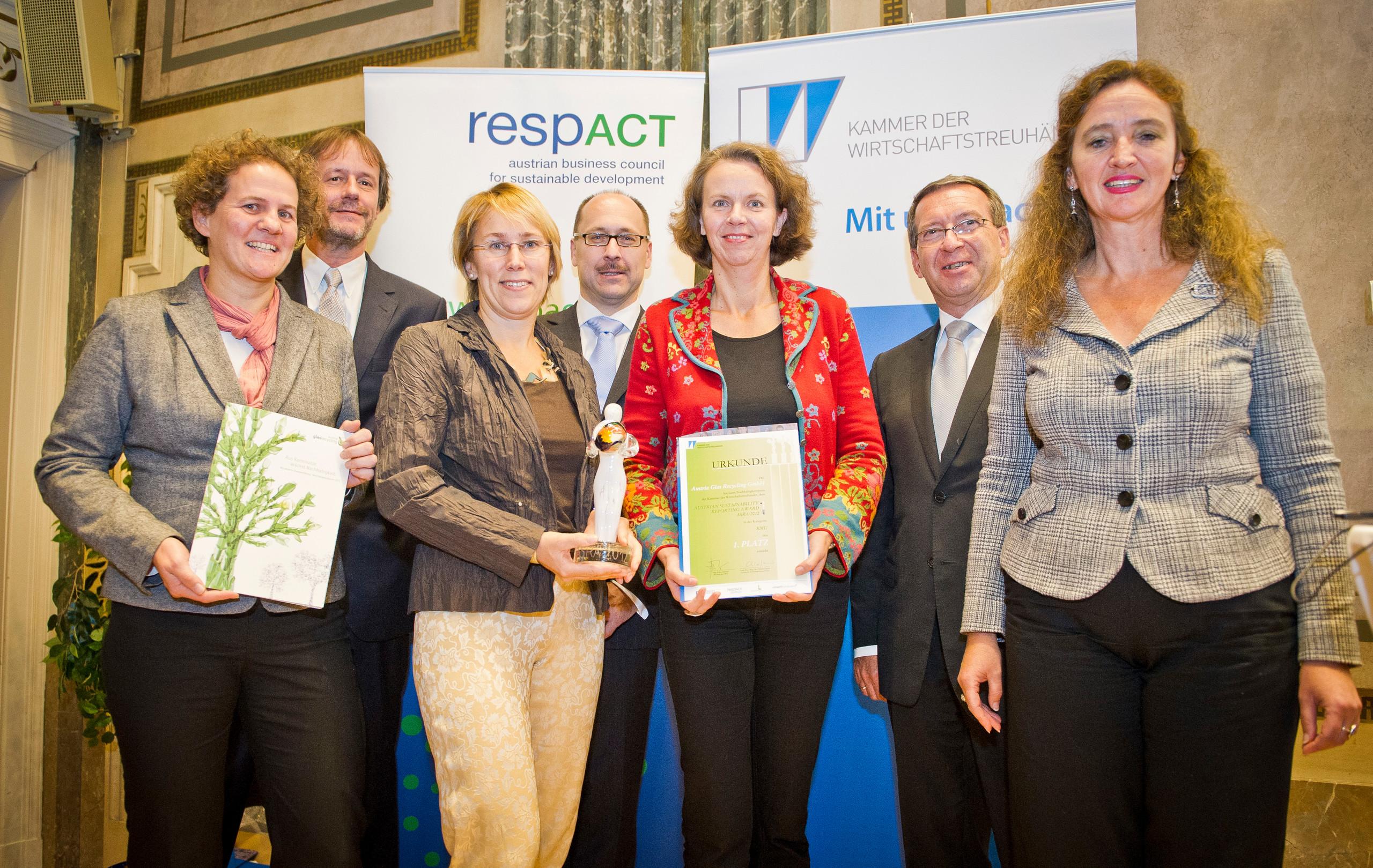 ASRA 2010 für Austria Glas Recycling, v.l.n.r.: Dr. Wolfram Tertschnig/Lebensministerium, Monika Piber-Maslo/AGR, KR Mag. Helmut Puffer/Vizepräsident der Kammer der Wirtschaftstreuhänder, Sabine Czopka-Pistora/AGR, Dr. Christine Jasch/Jury-Vorsitzende