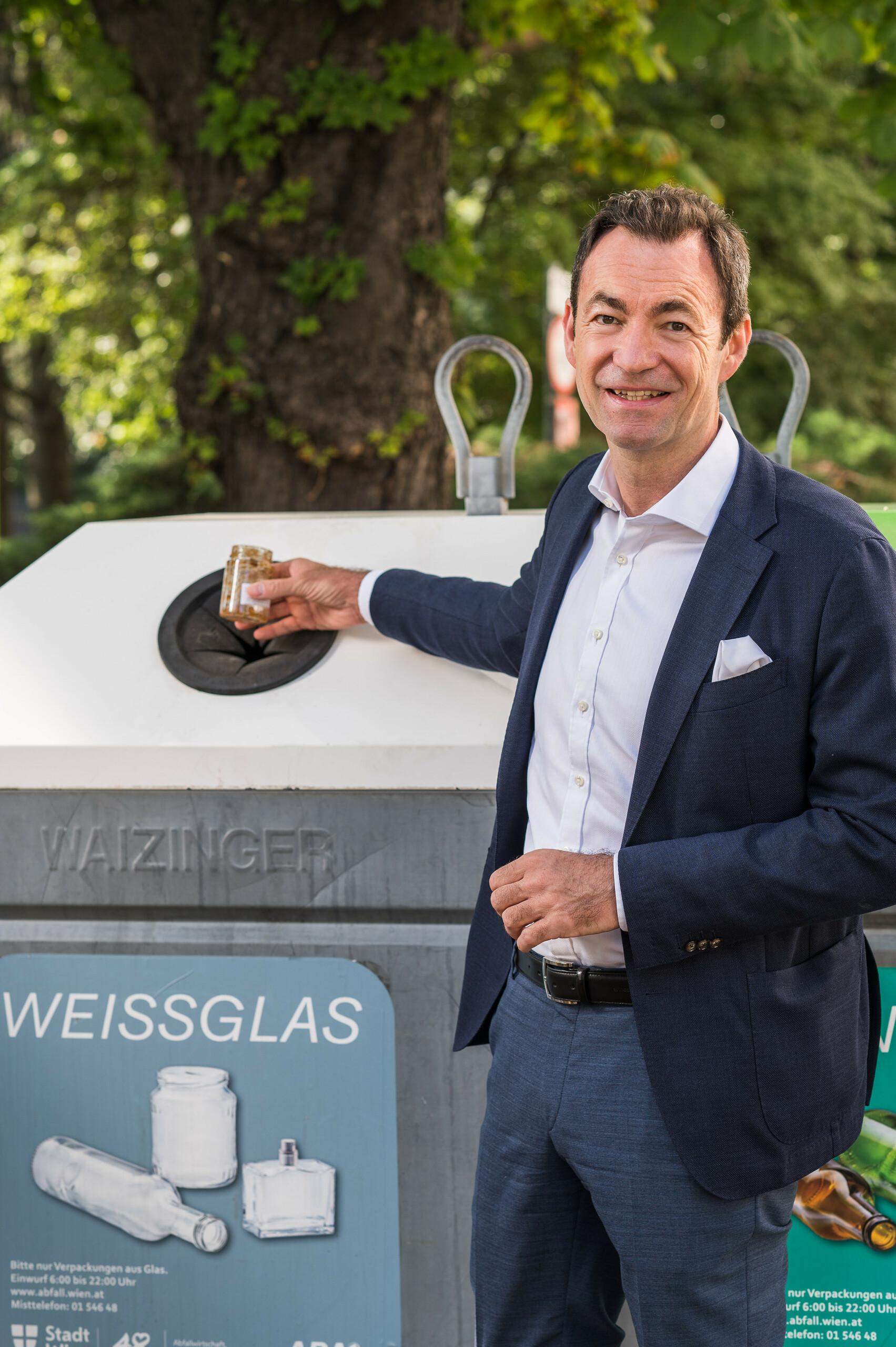 """Geschäftsführer Dr. Harald Hauke """"Marmeladenglas bitte zu Weißglas"""" Hochformat"""