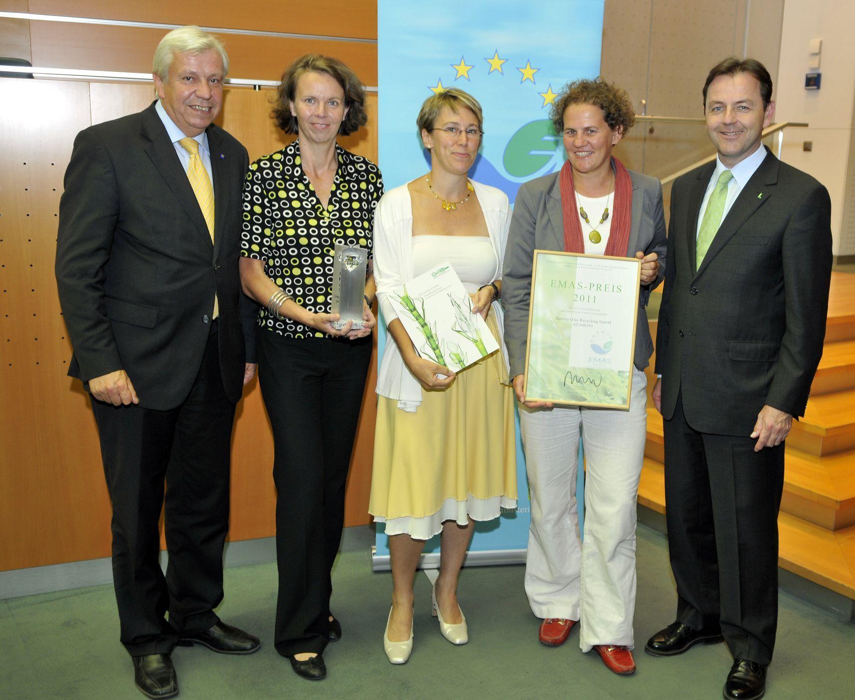 EU-EMAS-Award 2009 für Austria Glas Recycling, v. l. n. r.: Dr. Herbert Aichinger/Europäische Kommission, Monika Piber-Maslo, Ursula Gangel, Sabine Czopka-Pistora/alle AGR, Foto: Umweltbundesamt/Bernhard Gröger)