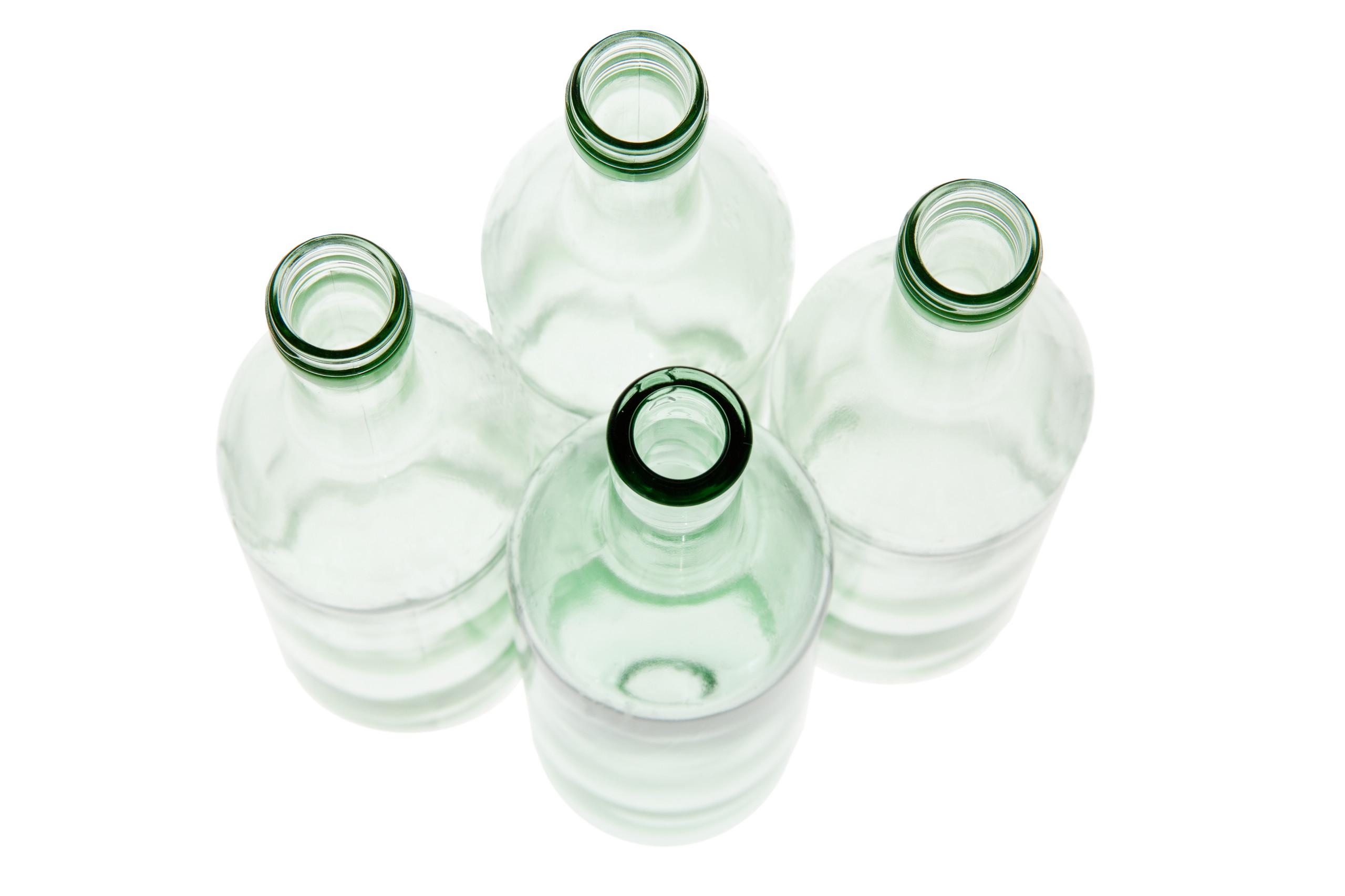 hellgrüne leere Glasflaschen von oben