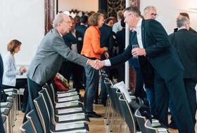 Alfred Fogarassy und Michael Wiener schütteln sich die Hand