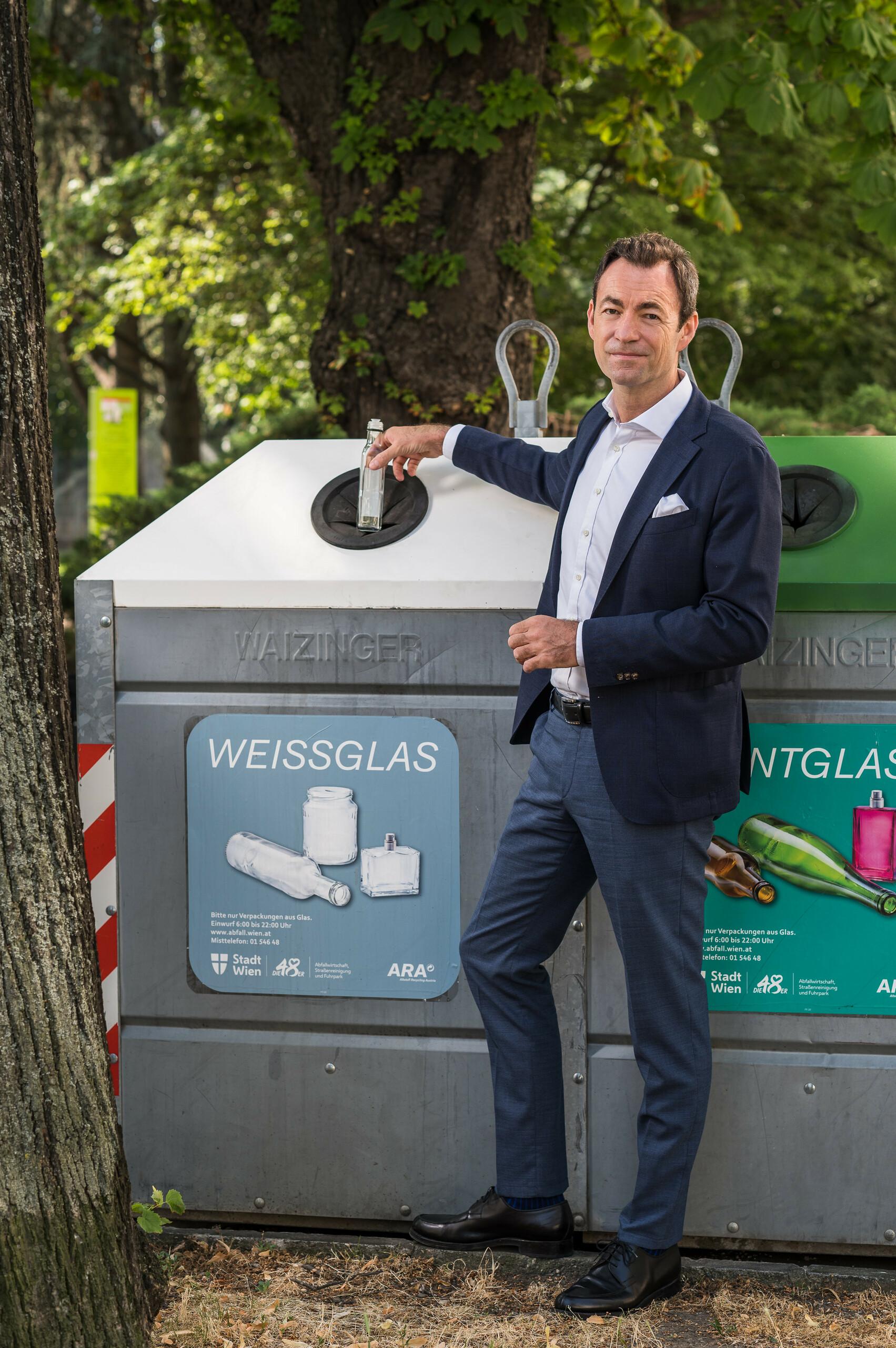 """Geschäftsführer Dr. Harald Hauke """"Weißglas zu Weißglas"""" Hochformat"""