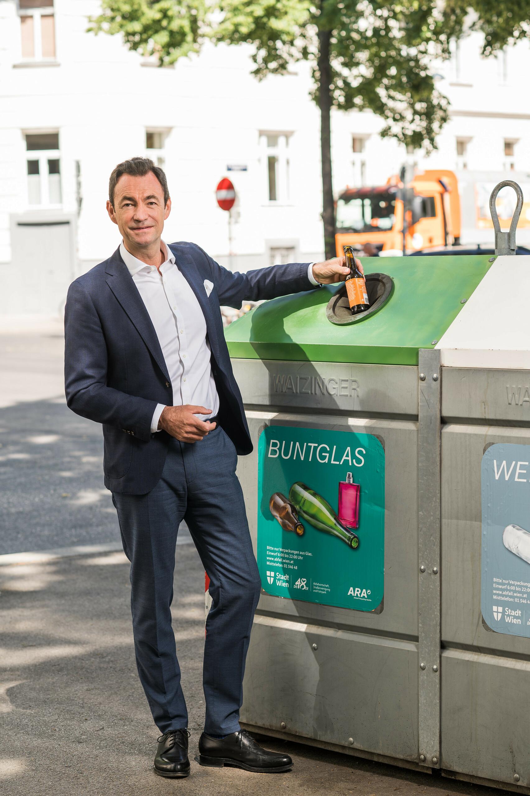 """Geschäftsführer Dr. Harald Hauke """"Glasverpackungen werden recycelt"""" Hochformat"""