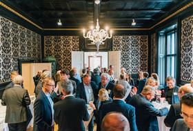 Zahlreiche Gäste des 14. Austria Glas ReCIRCLE stehen dicht gedrängt in einem Raum