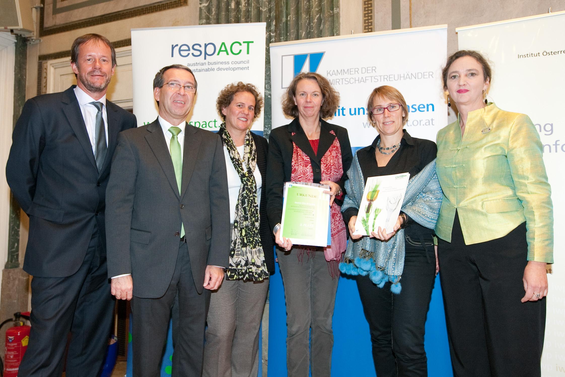 Auszeichnung von BM Nikolaus Berlakovich für das Klimaengagement der AGR. v. l. n. r.: BM Nikolaus Berlakovich, Monika Piber-Maslo, Beatrix Lechner/beide AGR, Brigitte Jank/Präsidentin der Wirtschaftskammer Wien