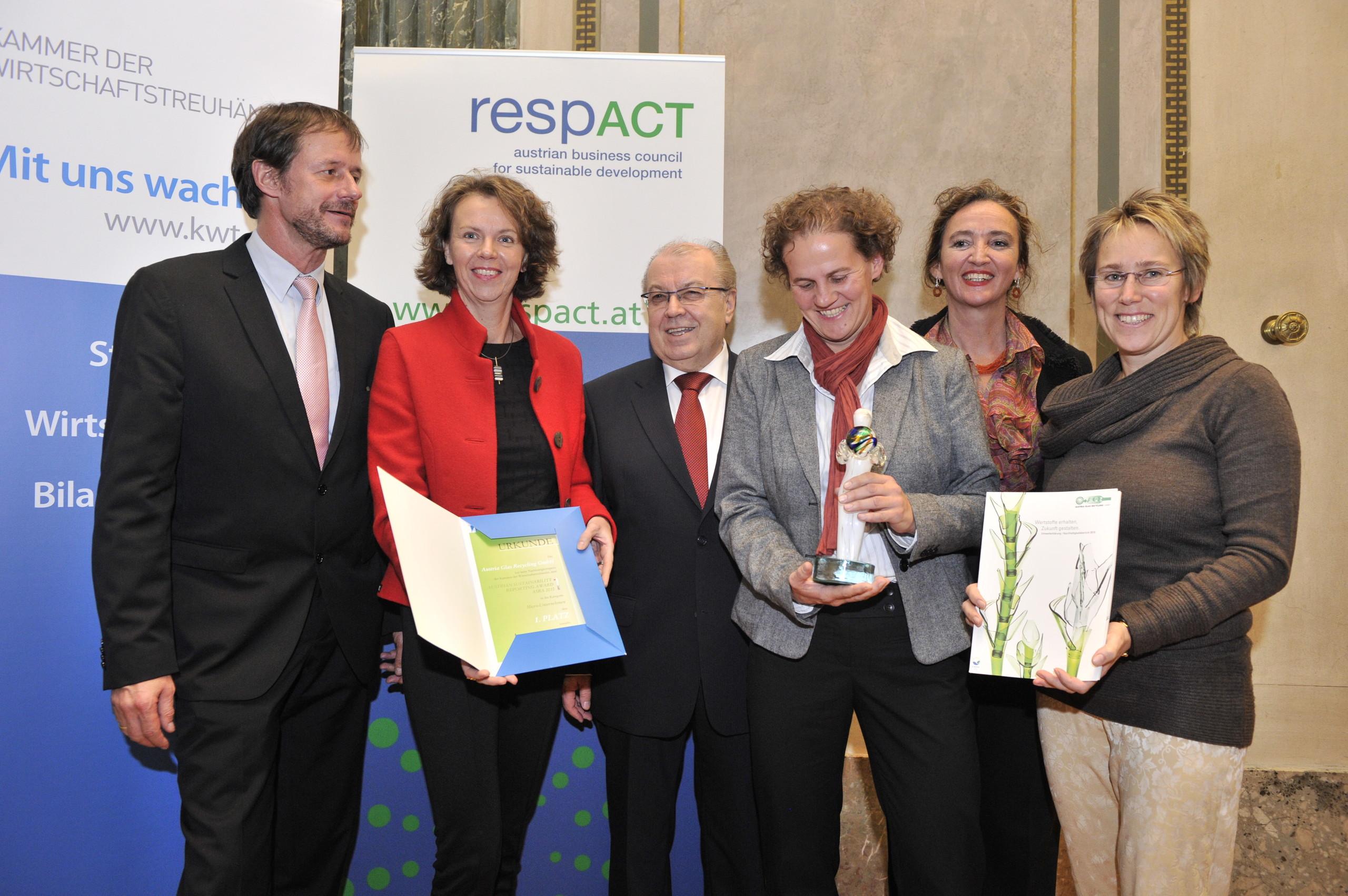 ASRA 2009 für Austria Glas Recycling, (v.l.n.r.: Dr. Christine Jasch/Jury-Vorsitzende ASRA-Preis, KR Mag. Helmut Puffer/Vizepräsident der Kammer der Wirtschaftstreuhänder, DI Ursula Gangel/AGR, Sabine Czopka-Pistora/AGR, Monika Piber-Maslo/AGR, Dr. Hay
